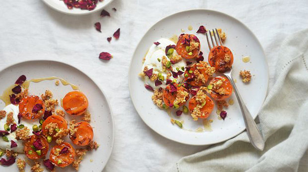 Pikantní meruňky s mandlovo-pistáciovou drobenkou
