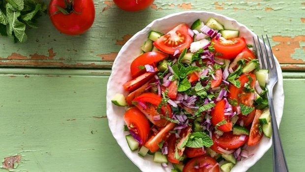 Osvěžující rajčatový salát s mátou