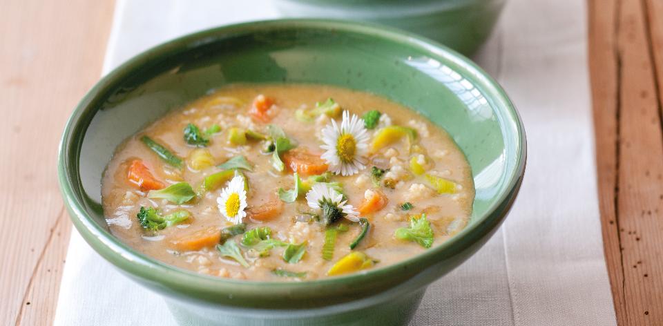 Jarní zeleninová polévka s jahelnou zavářkou