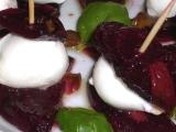 Pečené plátky červené řepy s mozarellou a bazalkou recept ...