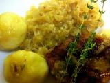 Vepřové ocásky s bramborovým knedlíkem a zelím na cibulovém pyré