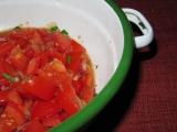 Rajčatový salát s bazalkou a česnekem recept