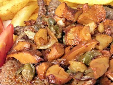 Biftek s cuketami a liškami