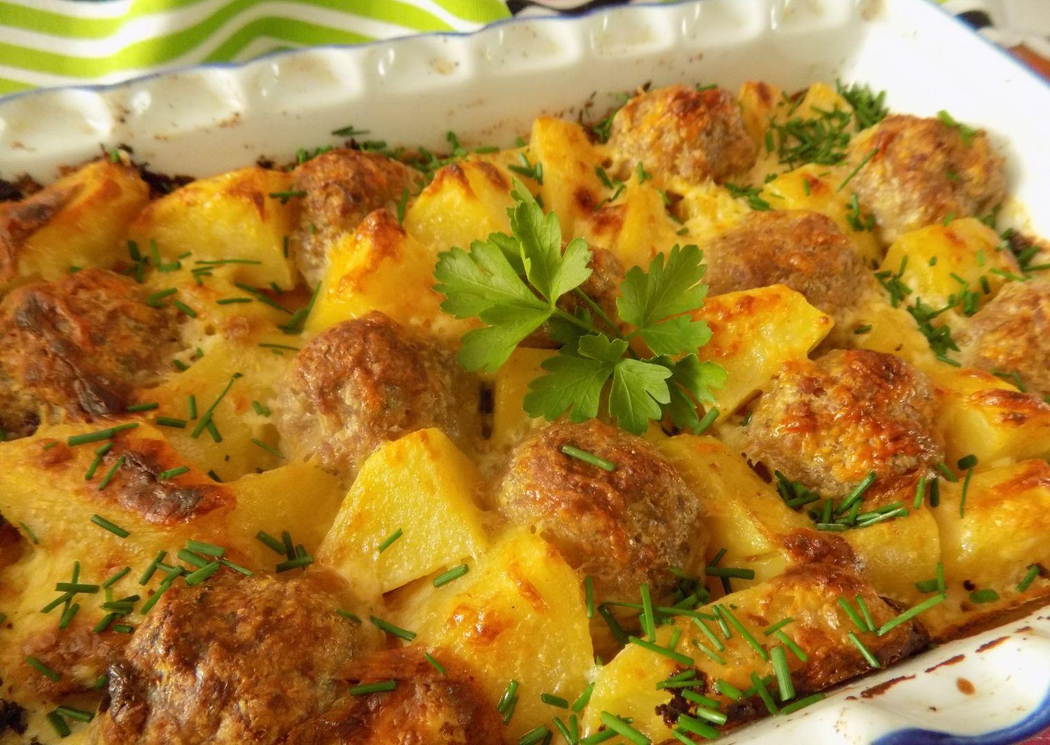 Zapečené mleté kuličky s bramborami a smetanou recept ...