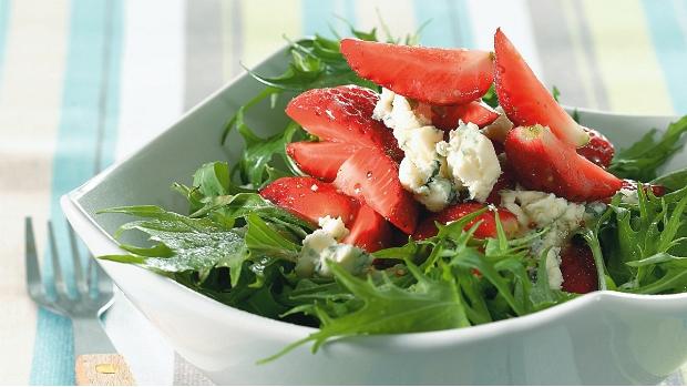 Salát s jahodami a gorgonzolou