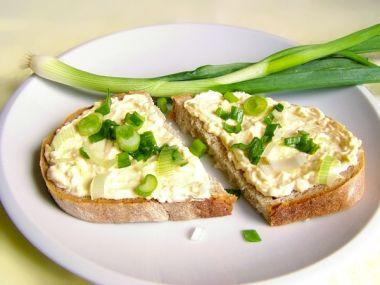 Pikantní sýrová pomazánka s jarní cibulkou