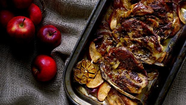 Vepřová krkovice pečená s jablky a červenou cibulí