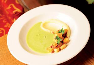 Hrášková polévka s česnekovými krutony se slaninou a bramborové ...
