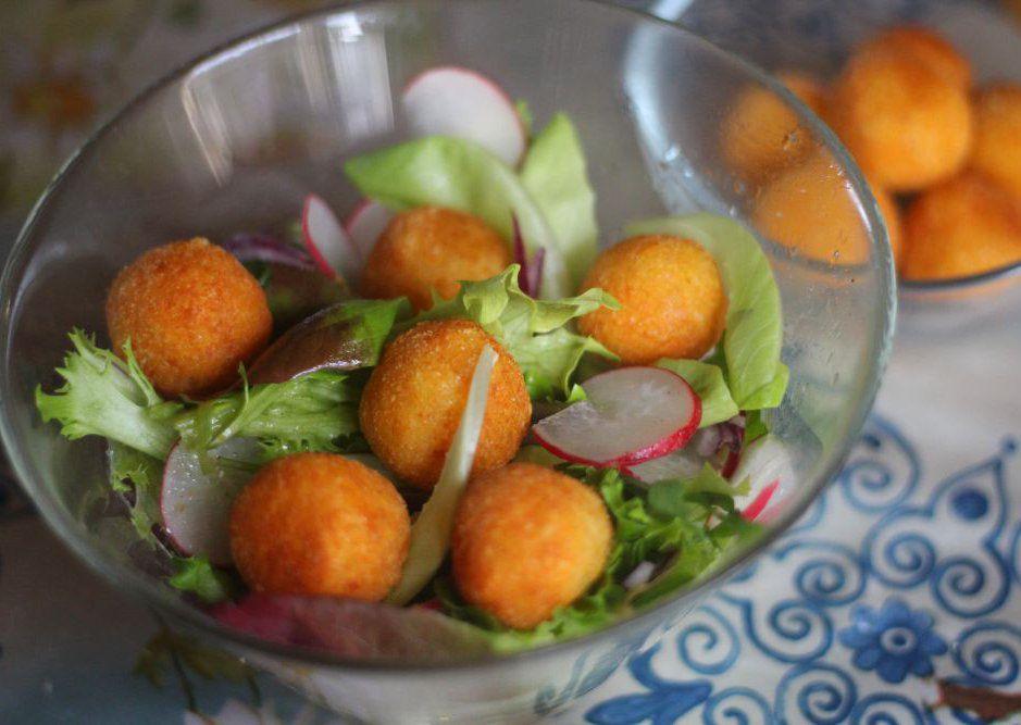 Jarní salát se sýrovými kroketkami recept
