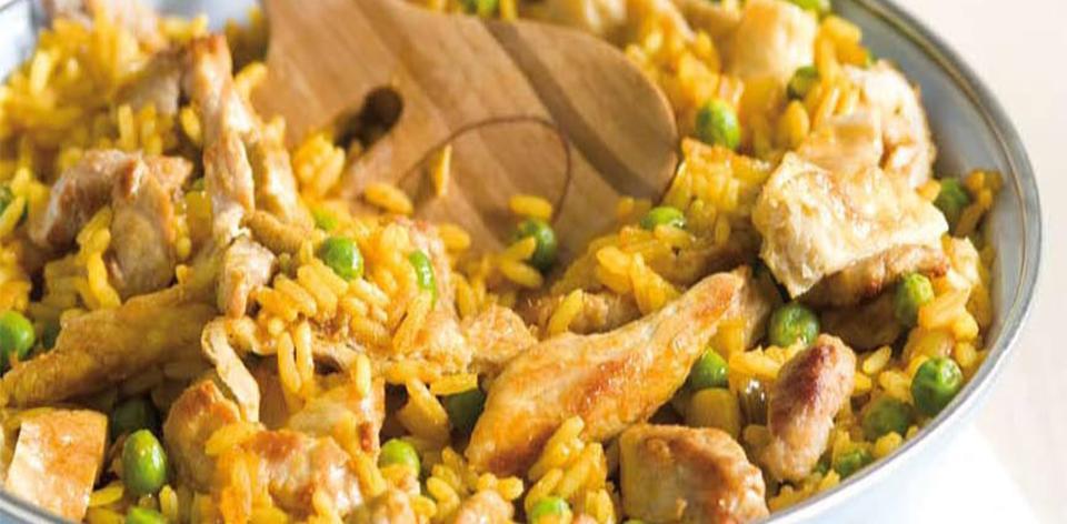 Vepřové maso na kari s rýží a omeletou