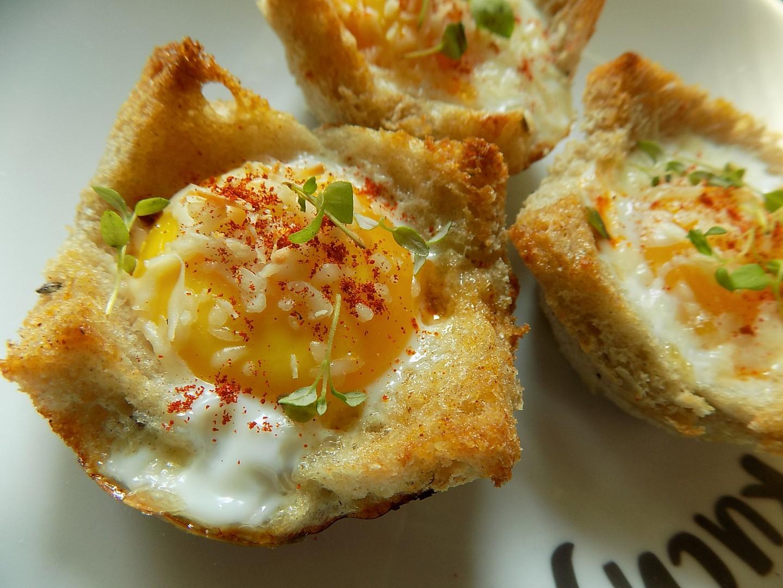 Chlebové košíčky se šunkou, vejci a sýrem recept