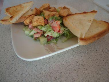 Zeleninový salát z kuřecím masem a opečeným toastem
