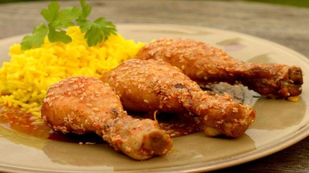 Kuřecí paličky s medem a sezamem s kari rýží