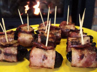 Grilované švestky obalené slaninou