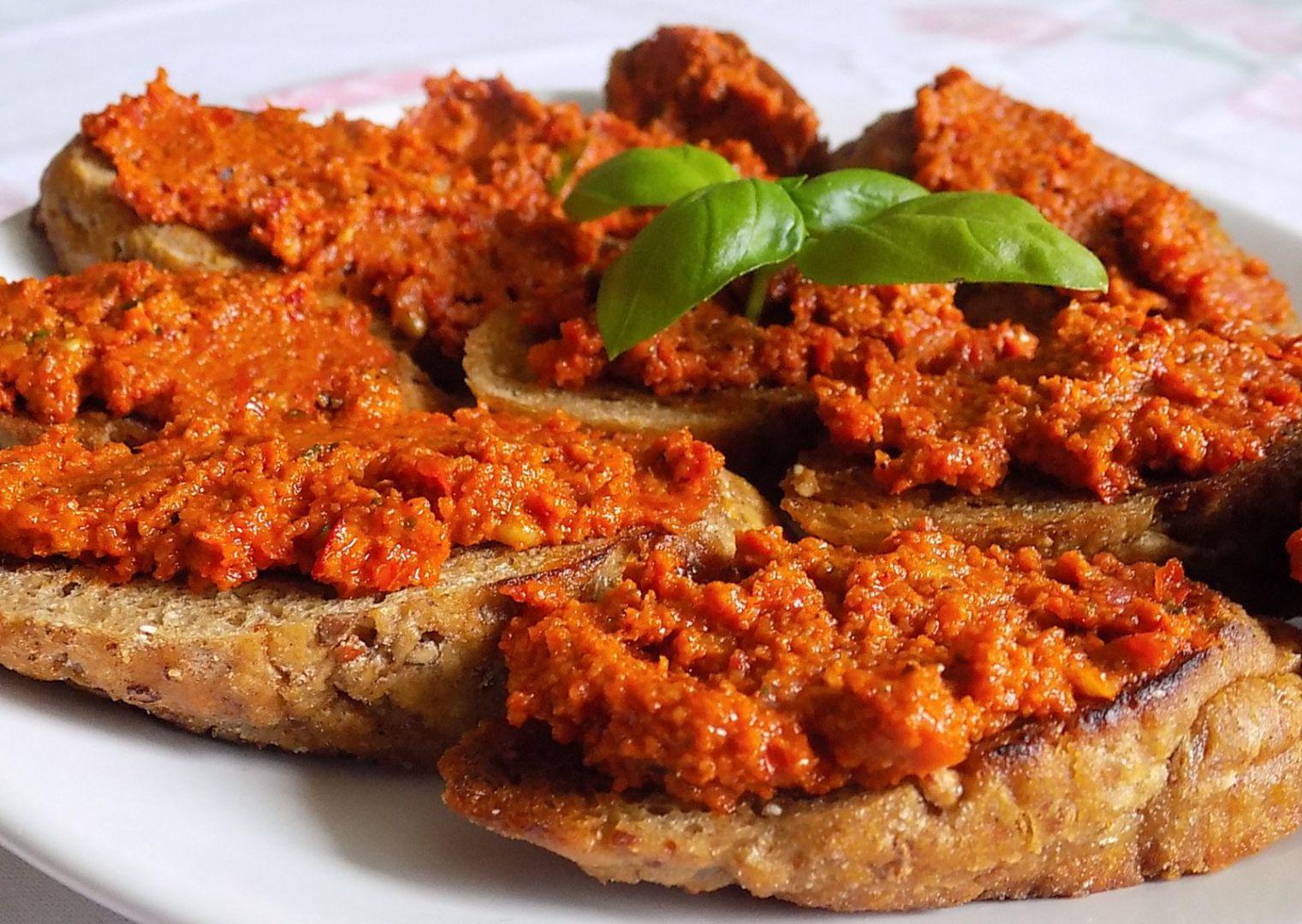 Pomazánka ze sušených rajčat s ořechy a bazalkou recept ...