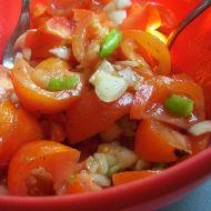 Bylinkový rajčatový salát s cibulí recept