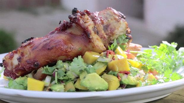 Karibské kolínko s mangovým salátem