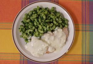 Maso se sýrovou omáčkou a špenátovými těstovinami