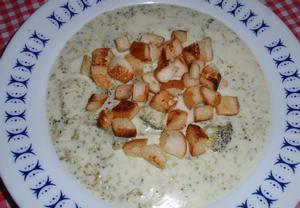 Brokolicová polévka se sýrem a máslovými krutony