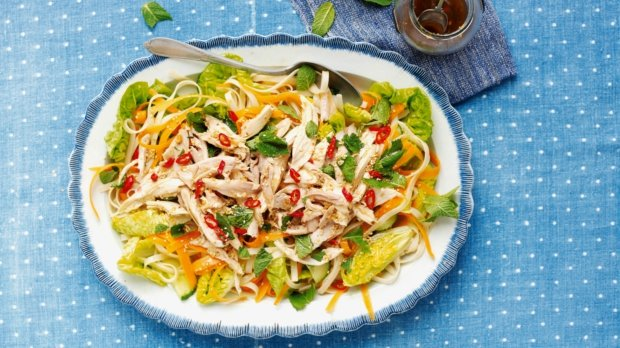 Míchaný salát s kuřetem v asijském stylu