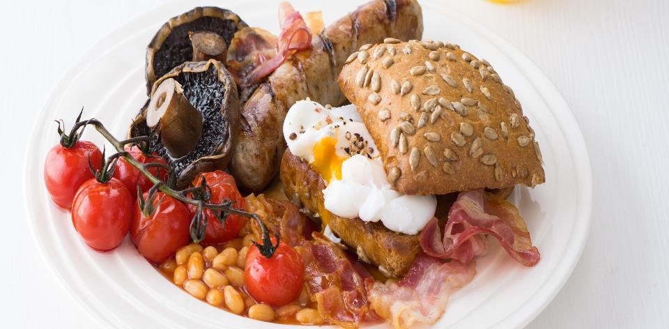 Anglická snídaně  Klobásky, žampiony, fazole, vajíčko, rajčata a ...