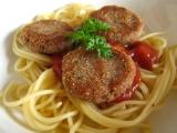 Tuňákové medailonky se špagetami a středomořskou omáčkou ...