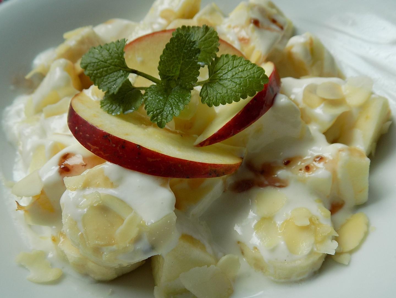 Banánový salát s jablky, jogurtem a mandlemi recept