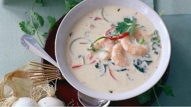Kokosová polévka s krevetami a limetkovou kůrou