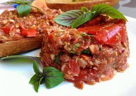 Ostrý tatarák z rajčat, okurek, cukety a harissy recept
