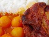 Hovězí plátky ve slanině s paprikovou omáčkou a kuličkovou ...