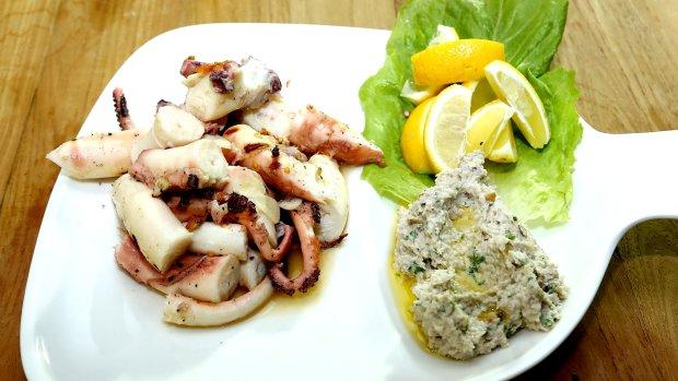 Grilovaná chobotnice s tahini omáčkou