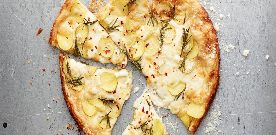 Listové těsto naslano s brambůrky, rozmarýnem a mozzarellou