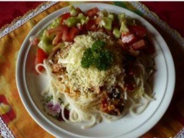 Špagety s rajčatovou omáčkou,šunkou a žampióny