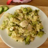 Těstovinový salát s brokolicí a kuřecím masem recept