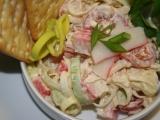 Pórkový salát s krabími tyčinkami recept