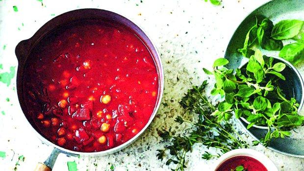 Polévka z pečené červené papriky s cizrnou a bylinkami