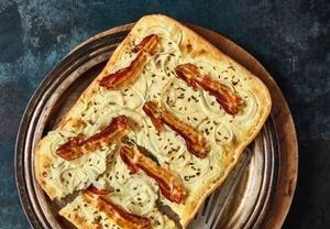Pizza se slaninou a smetanou