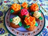 Mufiny plněné nutelou a zdobené krémovými růžemi recept ...