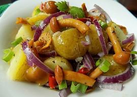 Salát z nových brambor a nakládaných hub recept