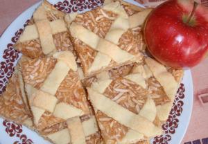 Křehký kokosový koláč s jablky  mřížkový