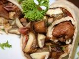 Tortilla se šťavnatým kuřecím masem a hříbky recept