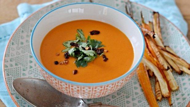 Rajčatová polévka s kokosovým mlékem a se zeleninovými ...