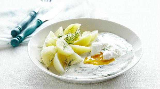 Koprová omáčka se ztraceným vejcem a novými bramborami | Prima ...