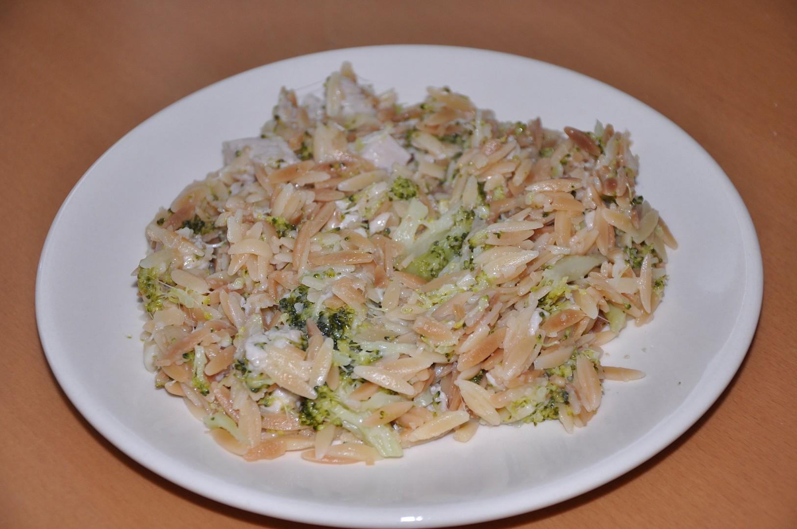 Těstoviny s brokolicí, kuřecím masem a sýrem recept