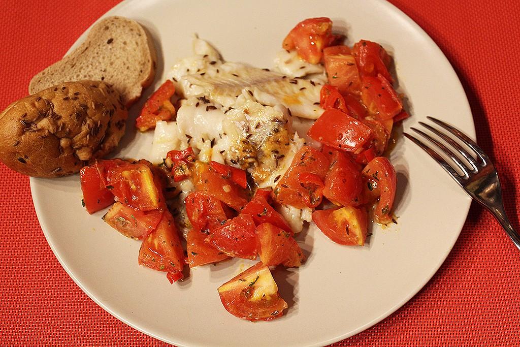 Rychlá ryba s pikantními rajčaty recept