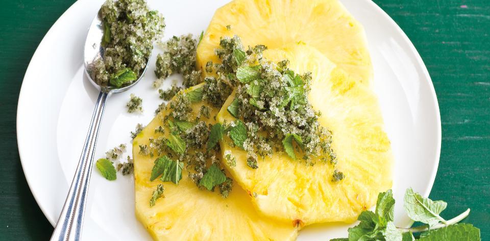 Čerstvý ananas s mátovým cukrem