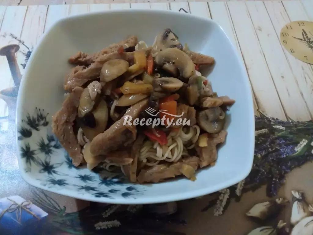 Pikantní rýžové nudle s kuřecím masem recept  těstoviny