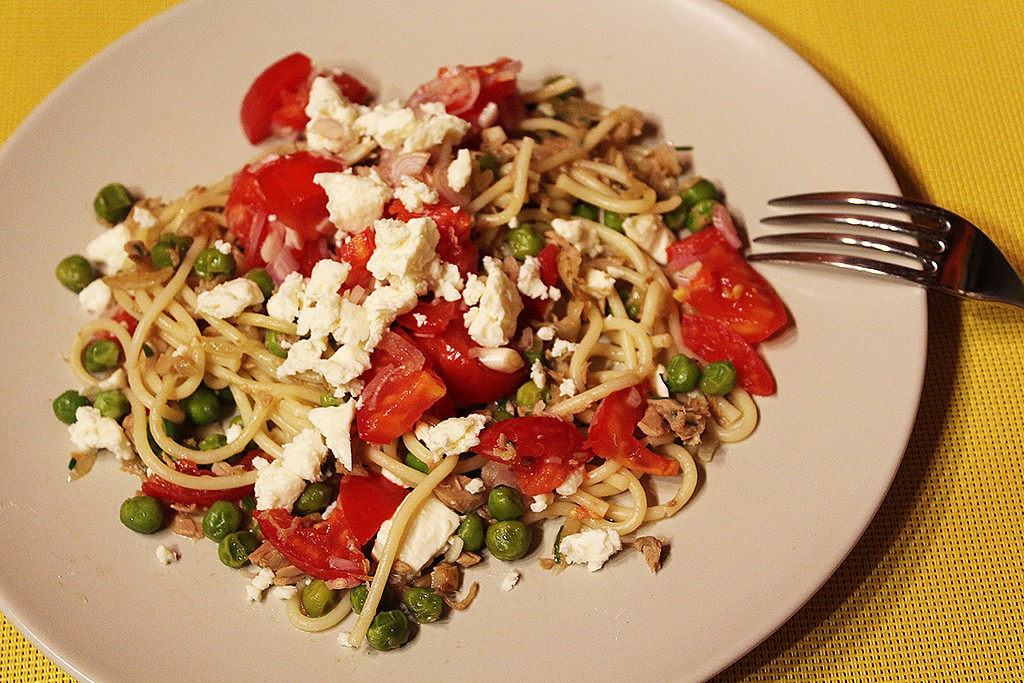 Špagety s tuňákem, hráškem a čerstvou rajčatovou salsou recept ...