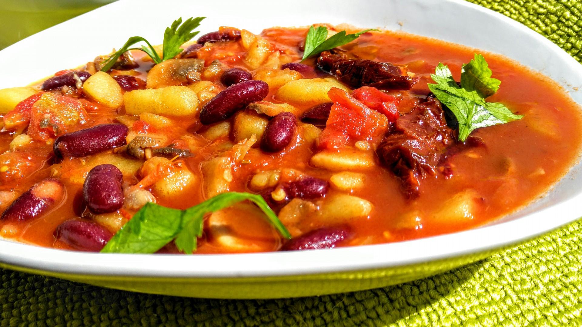 Houbovo  fazolová směs s chilli a rajčaty recept