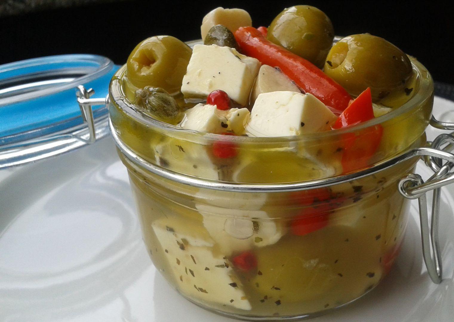 Marinované olivy se sýrem a kapary recept
